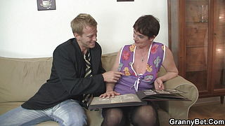 Younger guy fucking her shaggy old pussy